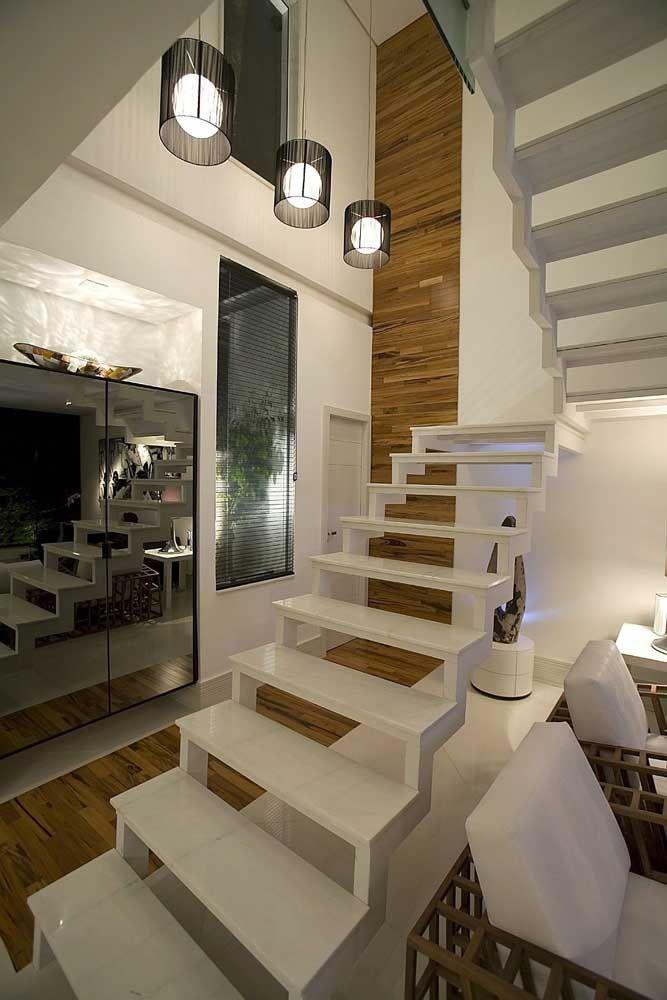 Classe e elegância com o porcelanato branco na escada