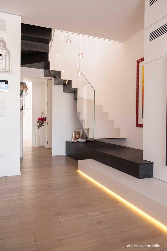 Duas cores, iluminada e com a função de um pequeno móvel na linha de baixo: um projeto de escada com várias faces