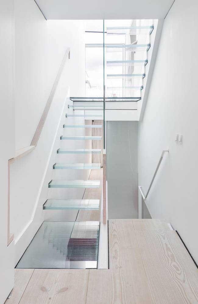 A transparência do vidro traz elegância para a escada