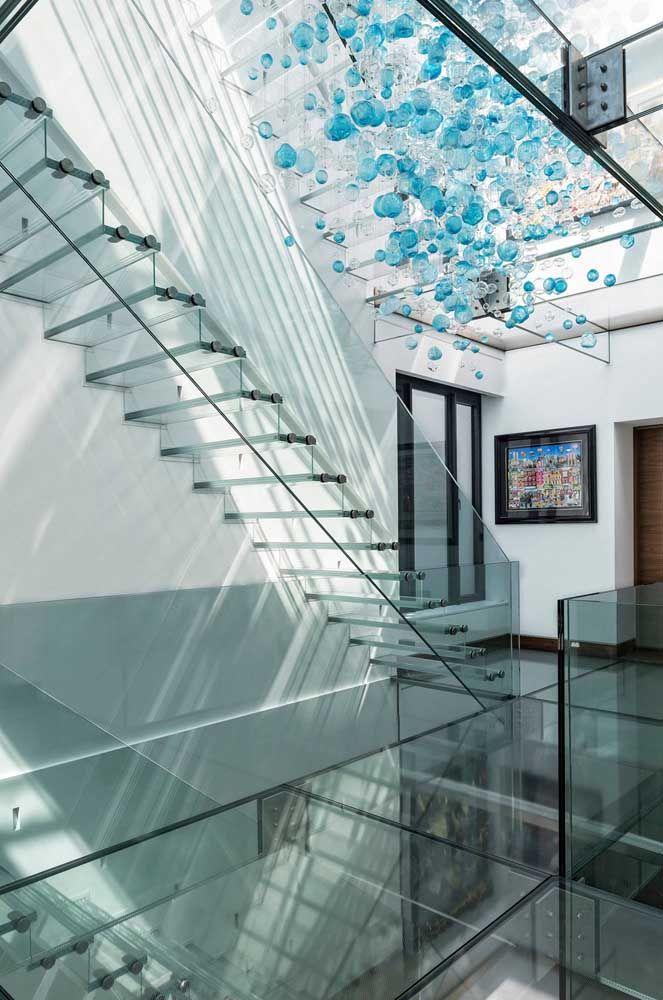 Com o guardo corpo também de vidro, a escada passa quase despercebida pelo ambiente