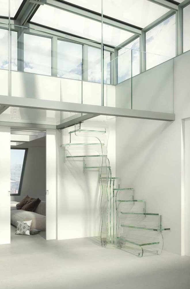 Escada de vidro em formato caracol com um design pra lá de moderno