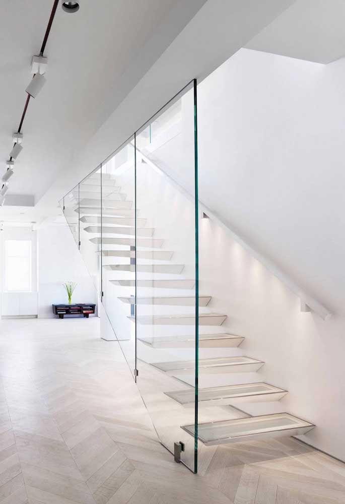 O efeito vazado deixa a escada de vidro ainda mais delicada no ambiente