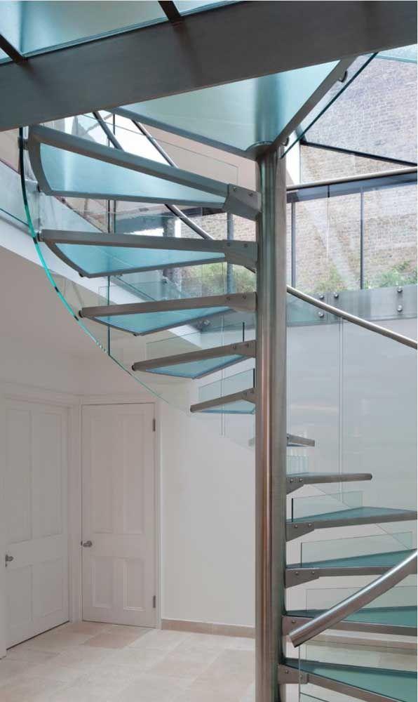Que tal combinar vidro com aço na escada?