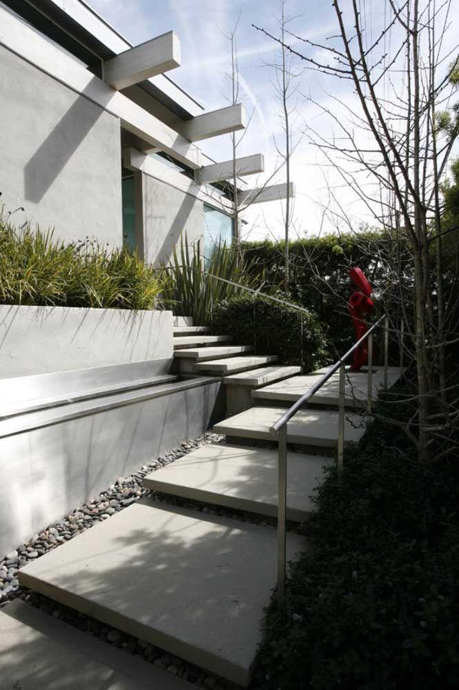 Escada de concreto com degraus largos e espaçosos