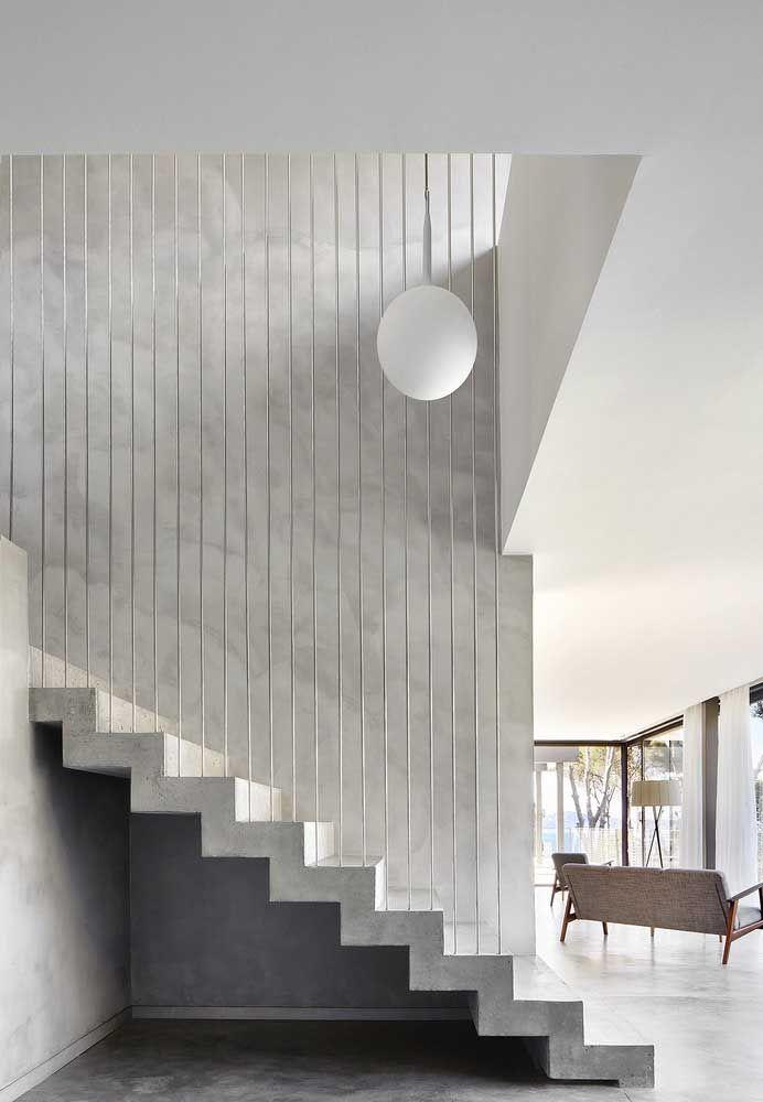 Para deixar a escada de concreto com uma aparência mais clean, pinte-a de branco