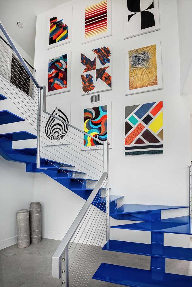 Que tal uma escada de aço azul para alegrar o ambiente?