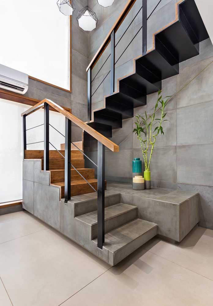 Concreto, madeira e aço formam essa escada moderna e arrojada