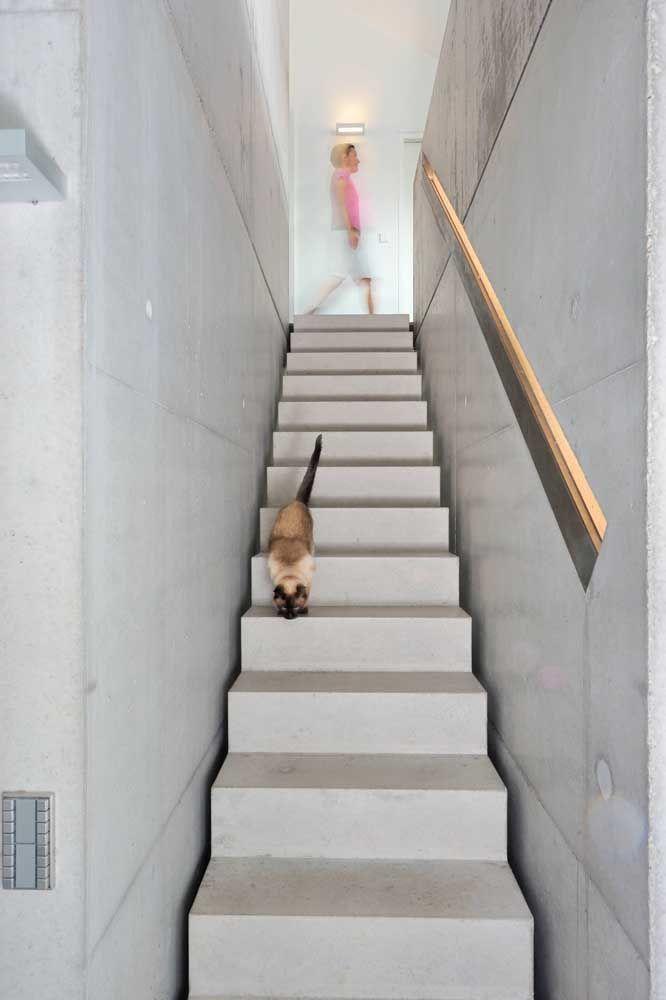 Concreto aparente na escada e na parede