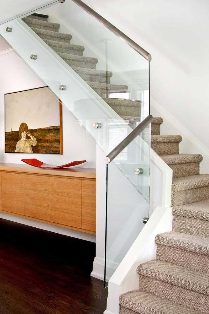 A textura do carpete funciona como um antiderrapante para a escada