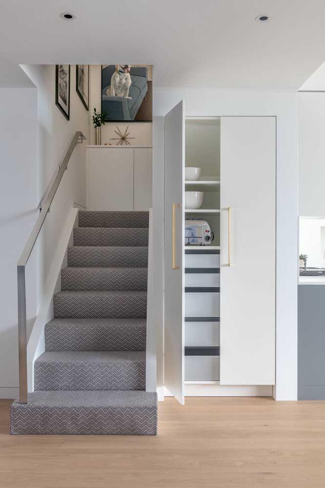 Carpete cinza para combinar com a neutralidade do ambiente