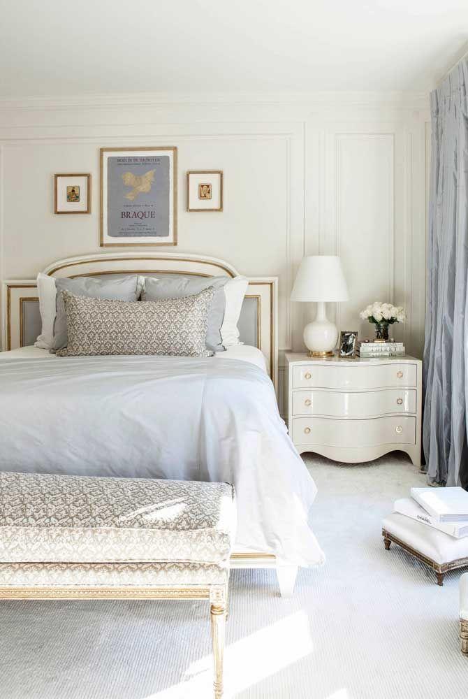 Tons suaves de azul para balancear com o branco de fundo; as mobílias de estilo clássico são um charme a parte