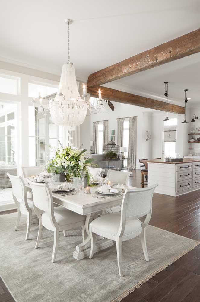 Nesse ambiente integrado, a madeira do teto garante o aspecto rústico da decoração Shabby Chic
