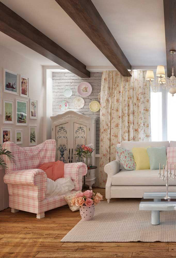 Essa sala tem tudo que uma decoração Shabby Chic precisa: tons pastéis, estampa floral, mix de estilos e texturas e um toque de conforto e aconchego para ninguém botar defeito