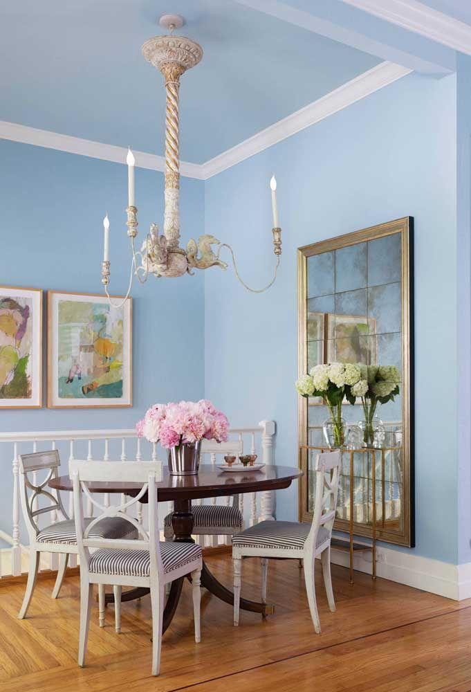 Nessa sala, o azul claro na parede é uma grata surpresa