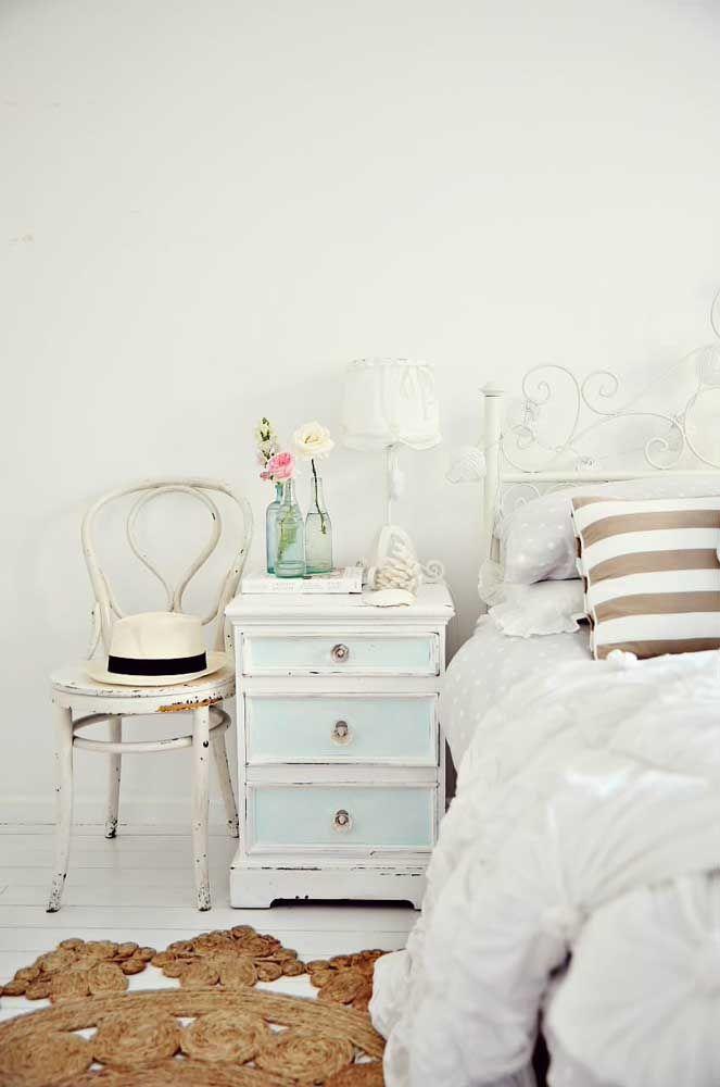 Nesse quarto é a combinação entre os móveis em patiná e a cama de ferro que revelam o estilo Shabby Chic