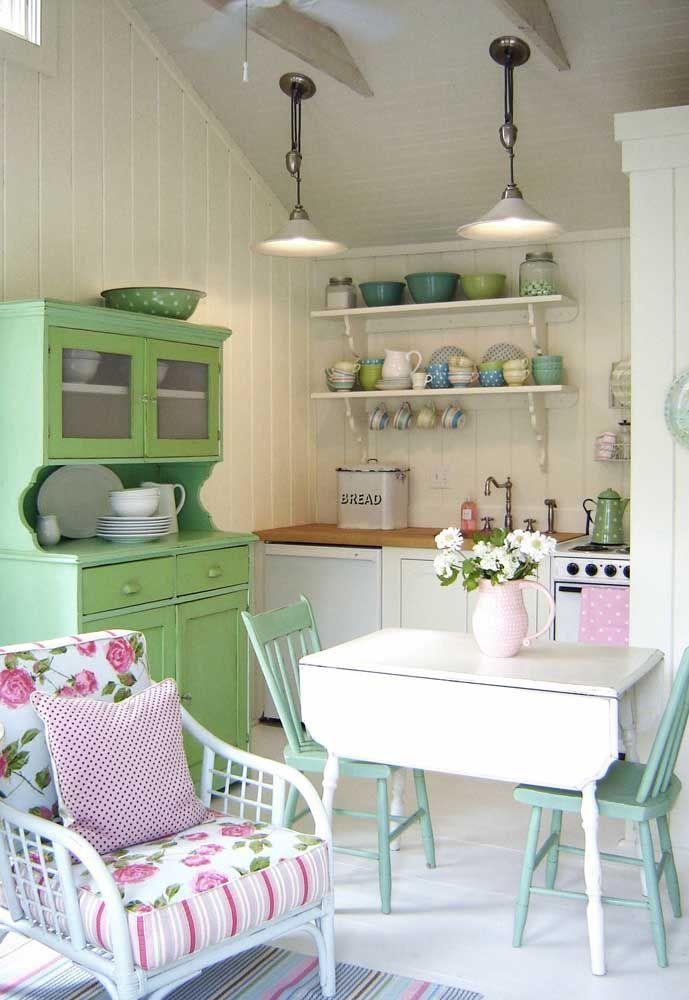 O charme dessa cozinha Shabby Chic fica por conta dos móveis e objetos retrôs