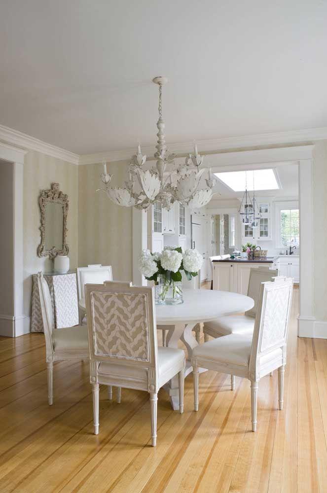 Repare que nessa casa, sala de estar e cozinha compartilham do mesmo estilo de decoração