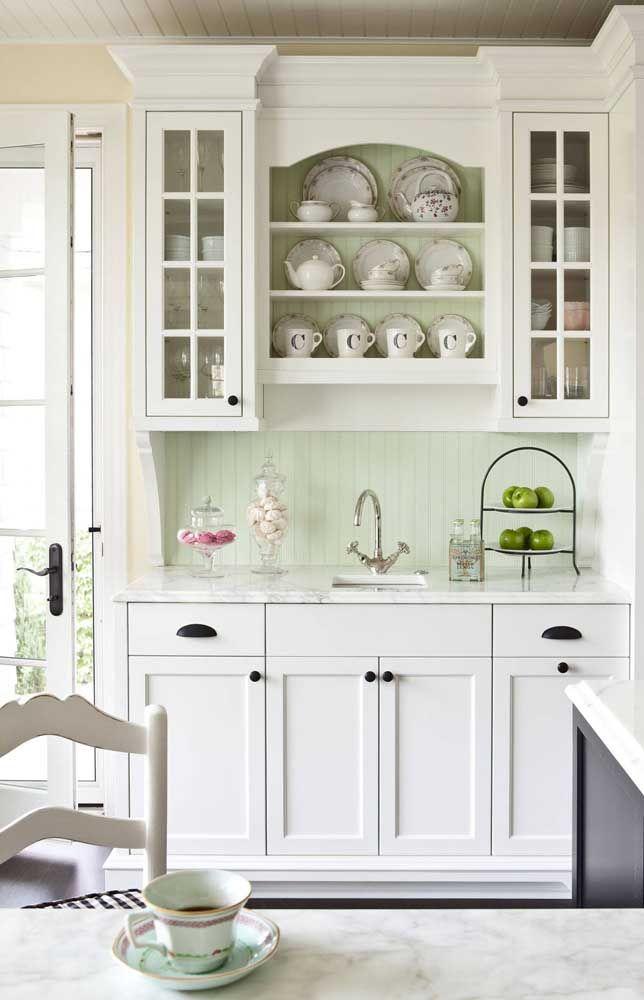 Use prateleiras para expor as louças de cerâmica