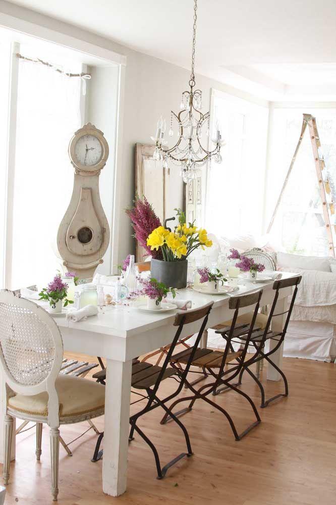 Cadeiras de estilos diferentes também podem ser incorporadas a decor Shabby Chic