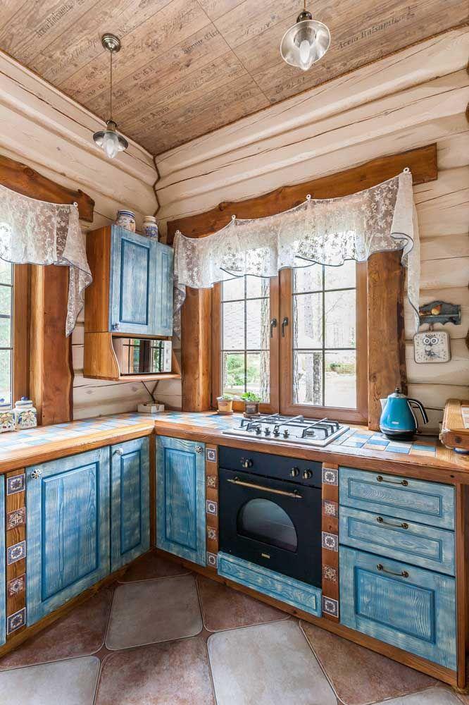 Rústica e acolhedora, essa cozinha Shabby Chic apostou no uso da madeira e da cor azul