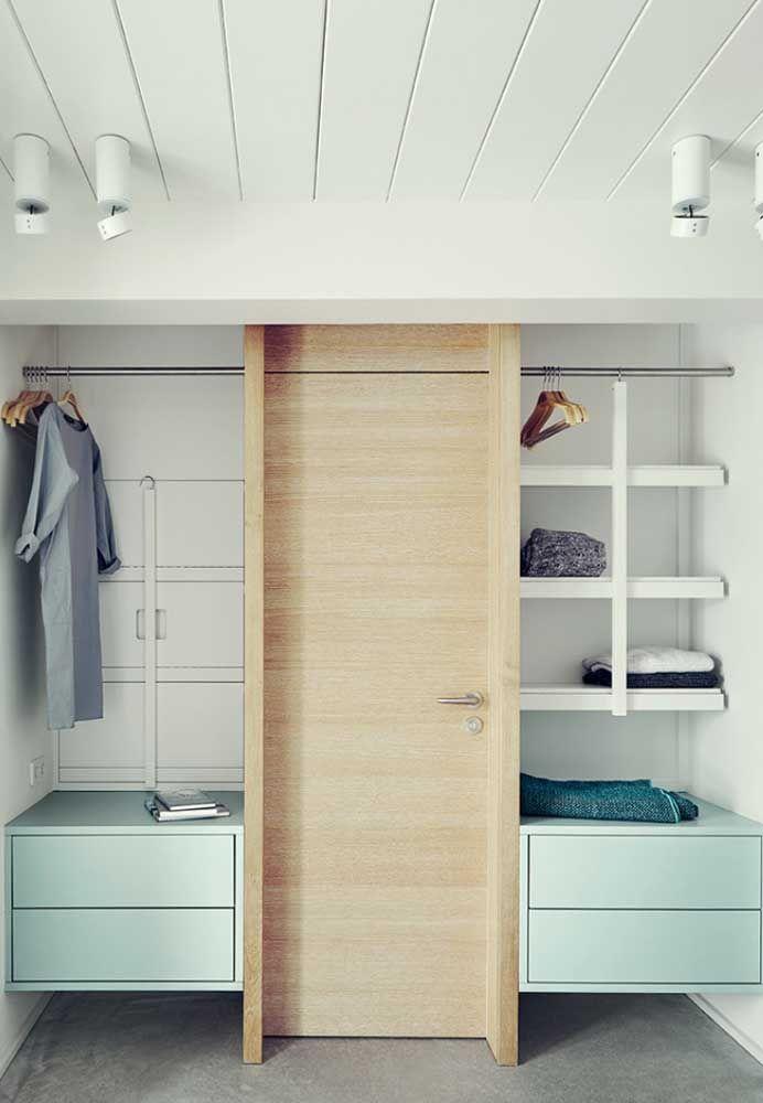 No meio do closet, uma porta
