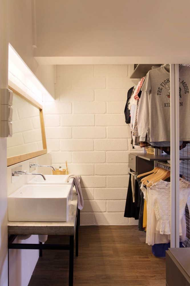 Closet aberto também tem espaço para penteadeira, espelho e iluminação especial