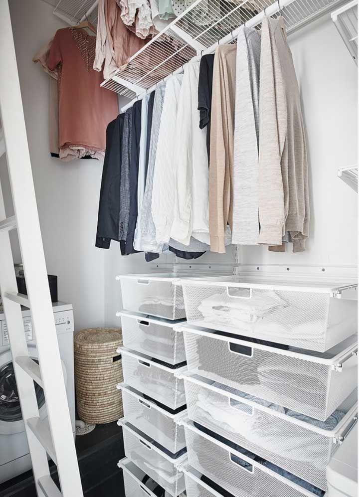Closet aberto e lavanderia no mesmo espaço