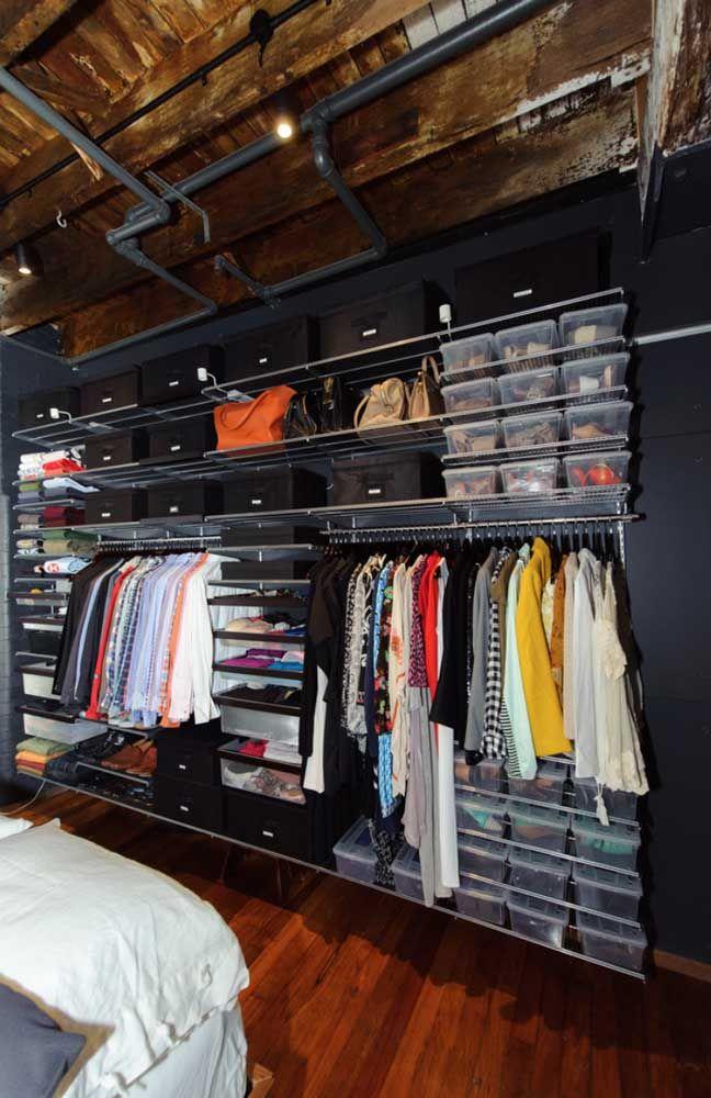 As caixas mantem a organização do closet e a poeira bem distante das roupas e acessórios