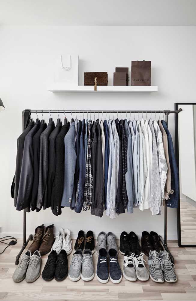 Closet aberto masculino com apenas uma arara; os sapatos ficam organizados no chão mesmo