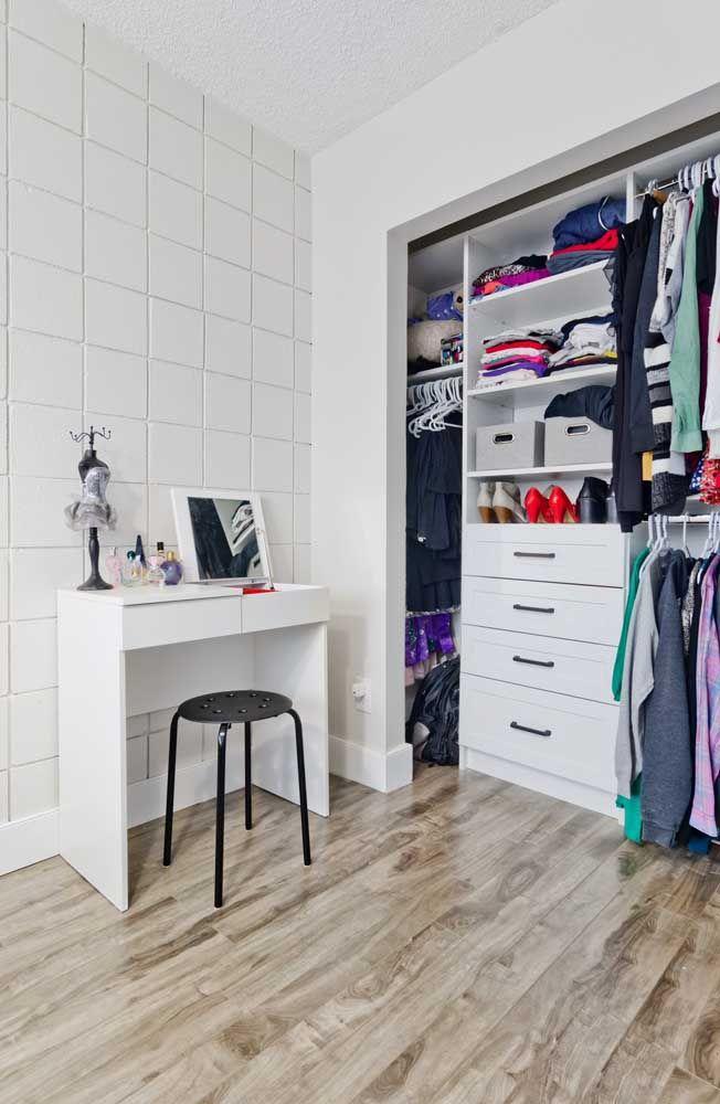 Simplicidade e organização definem o estilo do closet aberto