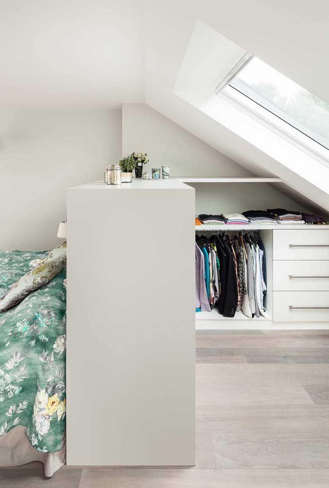 Aquele espaço que poderia ficar sem uso no quarto se tornou, aqui, o closet aberto