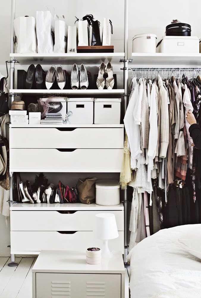 Organize o closet aberto por categorias