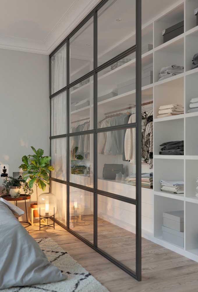A cortina instalada nesse closet aberto garante privacidade na hora da troca de roupa