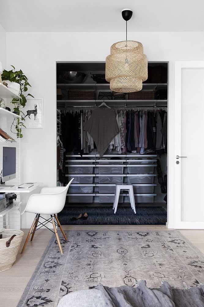 Destaque o espaço do closet com uma cor diferenciada em relação ao restante do quarto