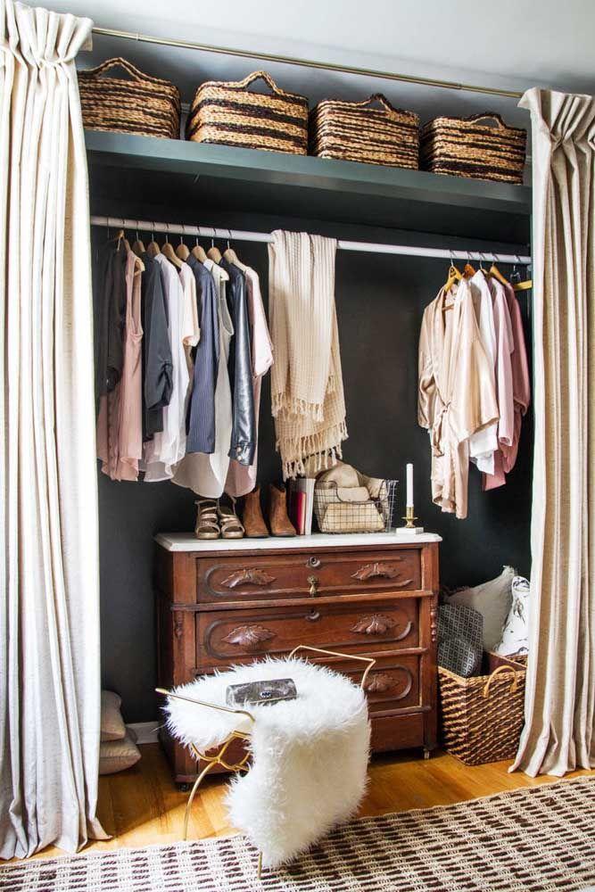 A cômoda vintage traz estilo e ajuda na organização do closet aberto; a cortina completa o visual do ambiente