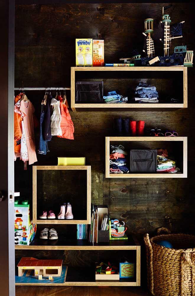 Closet aberto infantil: uma arara e muitas prateleiras para dar conta da organização