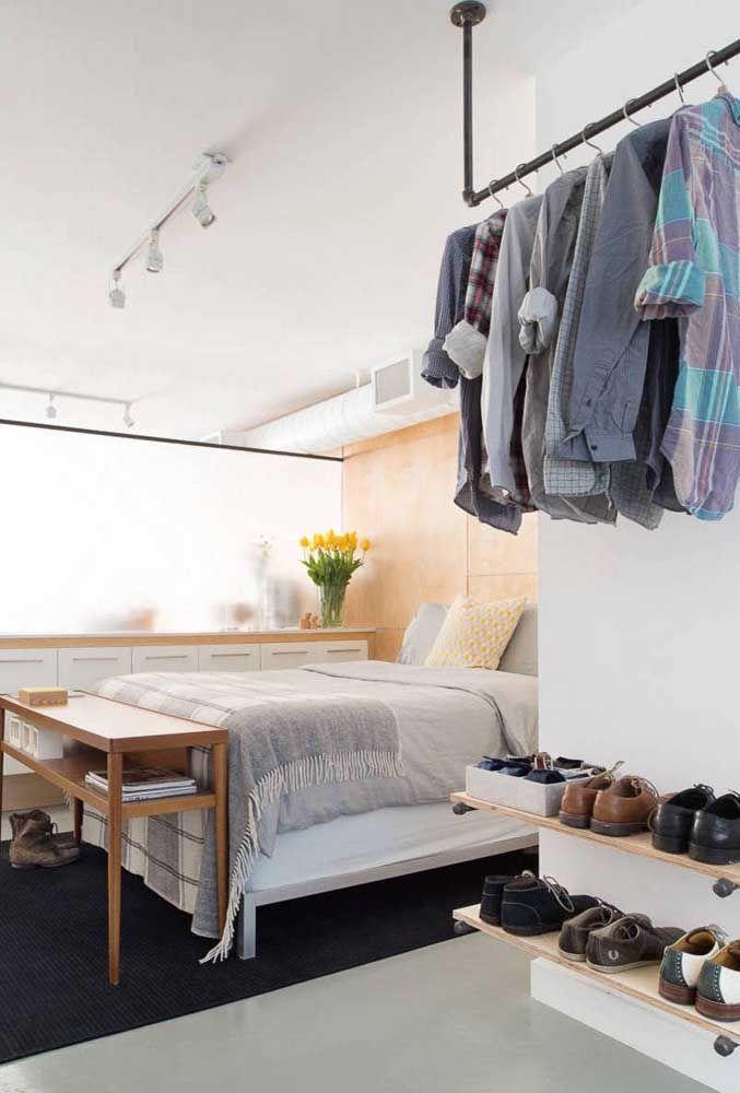 Poucas e selecionadas peças compõe esse modelo de closet aberto