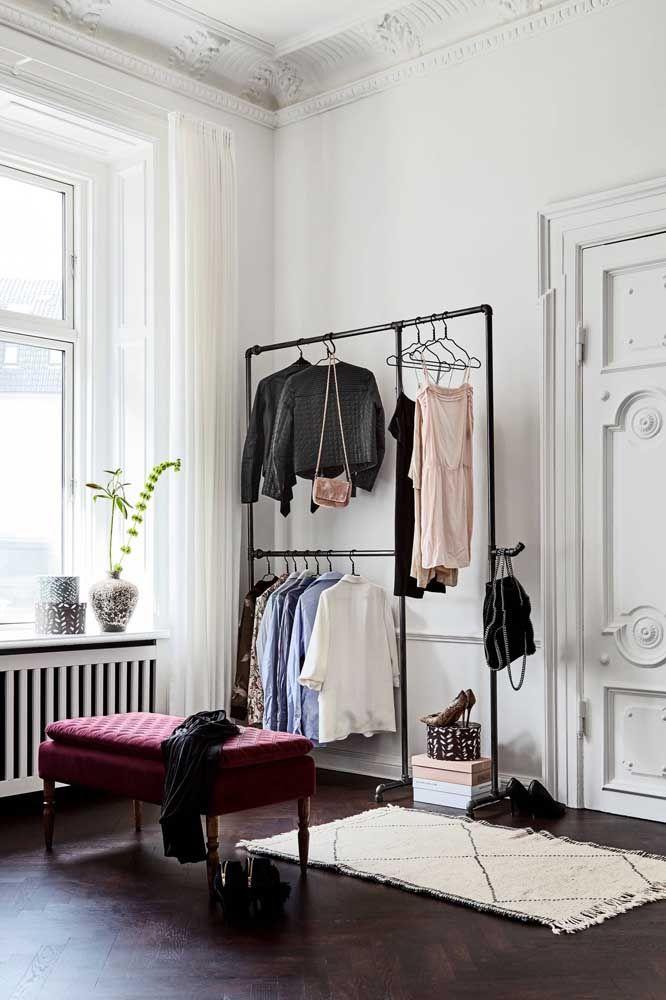 Até o mais clássico dos quartos pode receber um closet aberto e ficar com um visual de tirar o folego