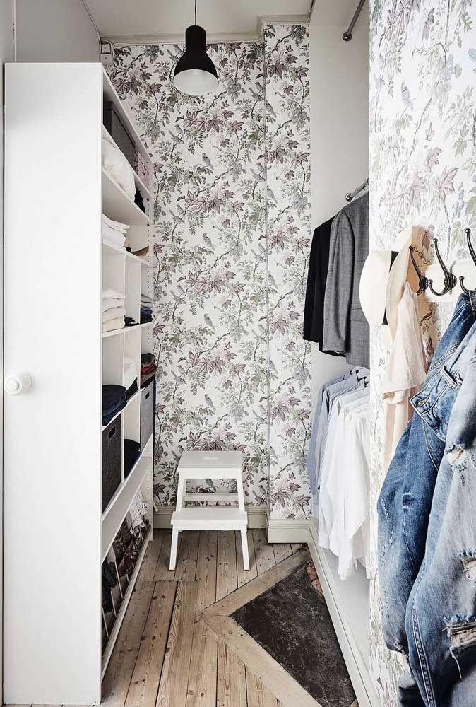 Papel de parede floral para deixar o closet aberto romântico e delicado