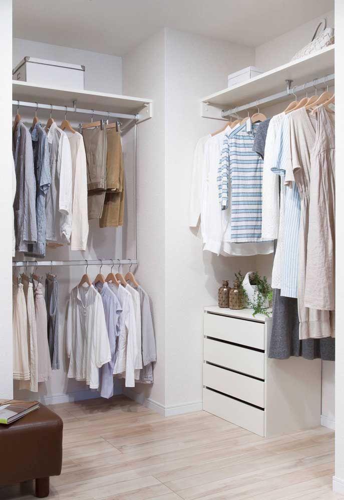 Um closet aberto é a melhor opção para quem precisa economizar