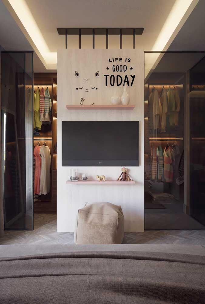 Nesse quarto, o closet foi instalado logo atrás da parede da TV