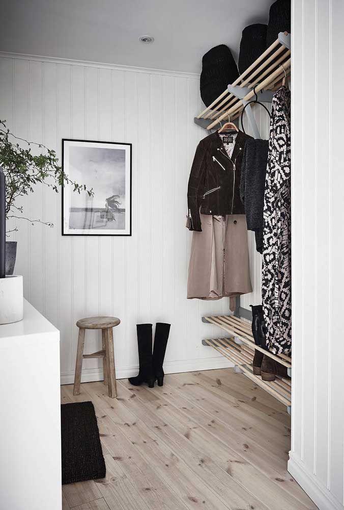 Típico closet aberto minimalista para você se inspirar