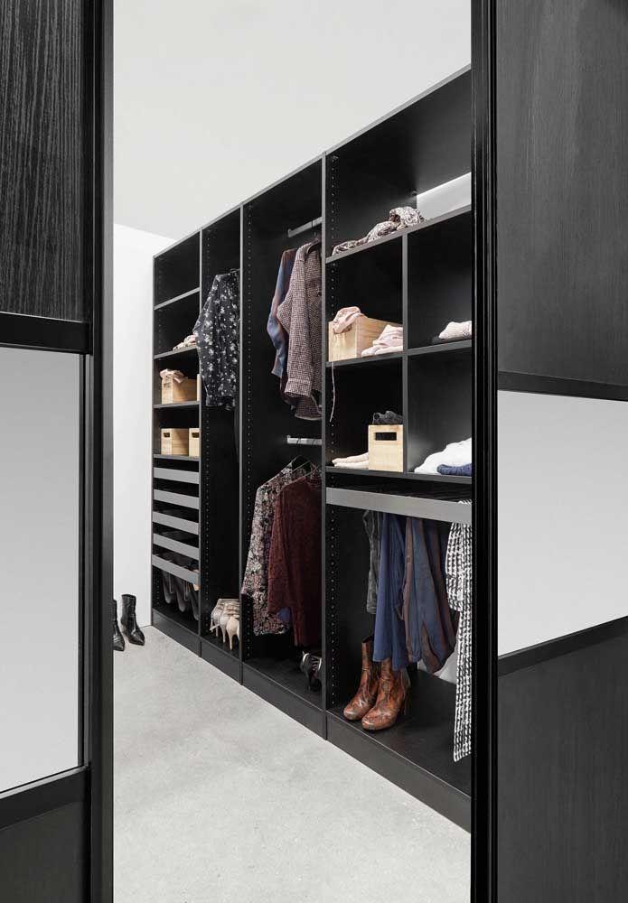 Closet aberto preto para os moderninhos de plantão