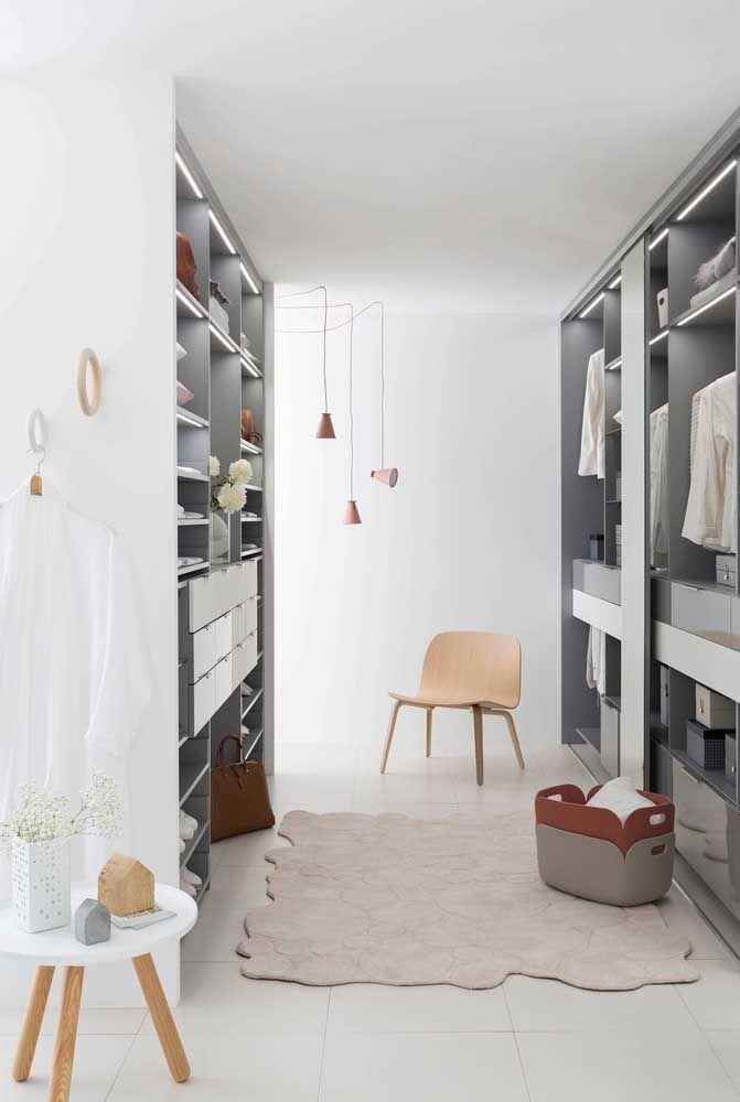 A iluminação nos nichos reforça a beleza e organização do closet aberto