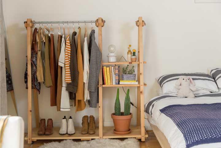 Closet aberto pequeno, funcional e feito com as próprias mãos: é de algo assim que você está precisando?