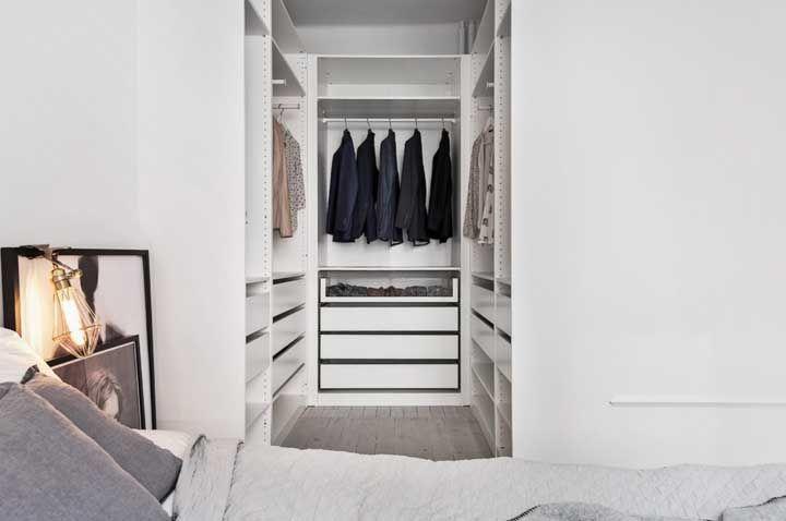 Nesse quarto, o closet cria uma sensação de profundidade muito interessante