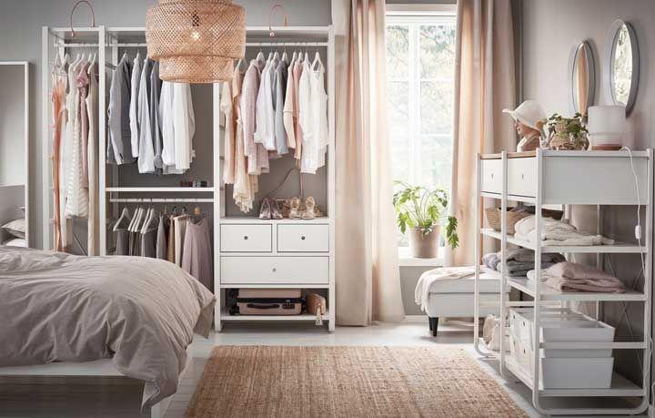 Um quarto no closet ou um closet no quarto? Aqui, ambos os espaços se misturam