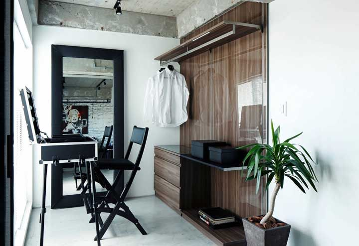 Moderno e funcional; destaque para a penteadeira em formato de mala
