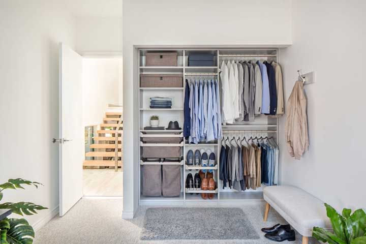 Para um closet aberto como esse da imagem é interessante contar com um projeto planejado, assim todos os espaços são totalmente aproveitados