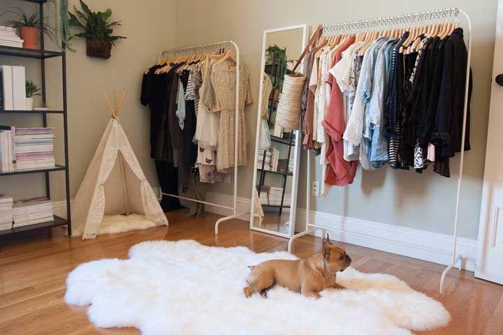 Esse closet precisou apenas de araras; para deixar o visual mais atraente padronize os cabides
